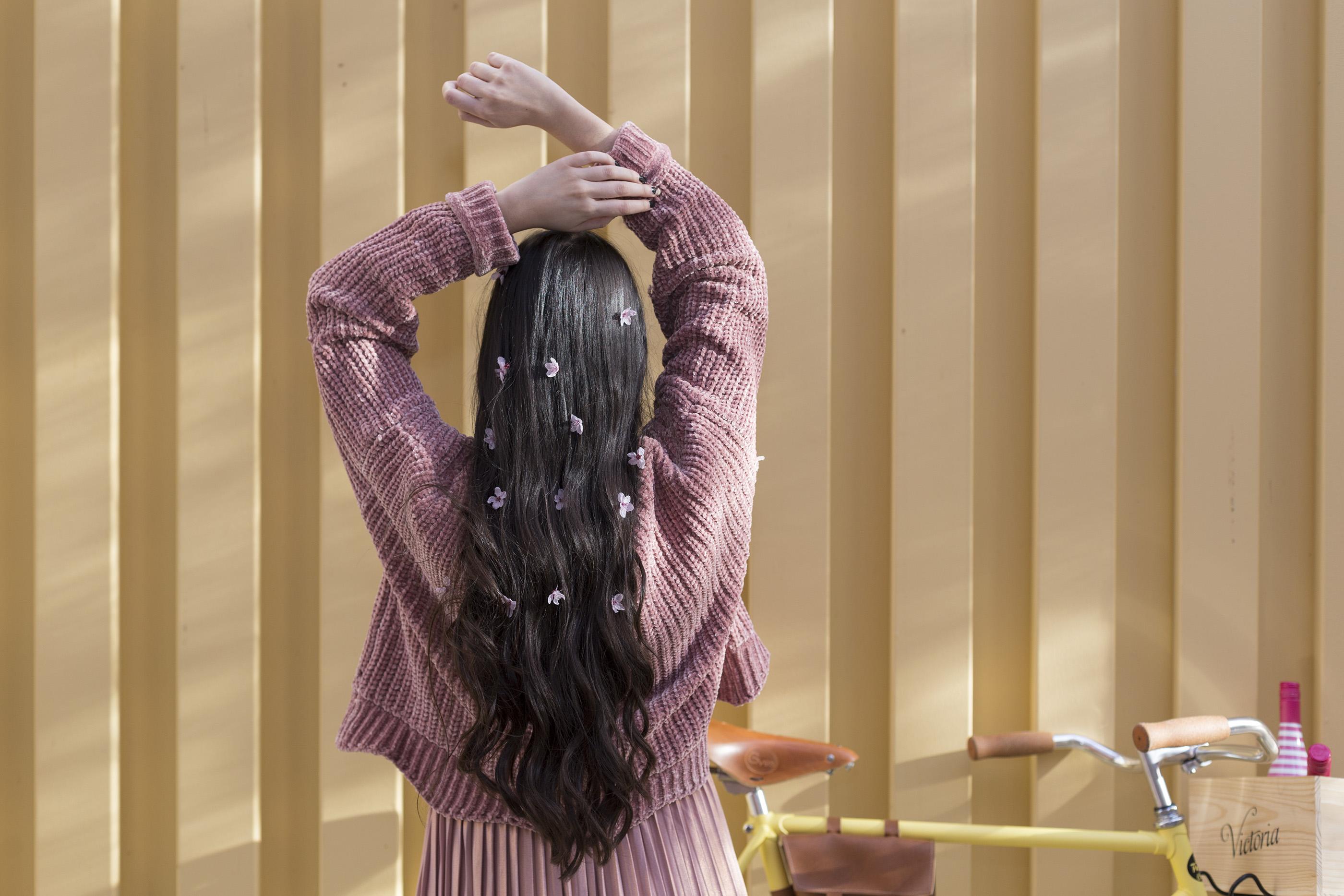 Barros naturales en el pelo de secretos del agua en Atrezzo Peluqueria Zaragoza. Almucaste con flores en el pelo por la Primavera con fotos de kinojam