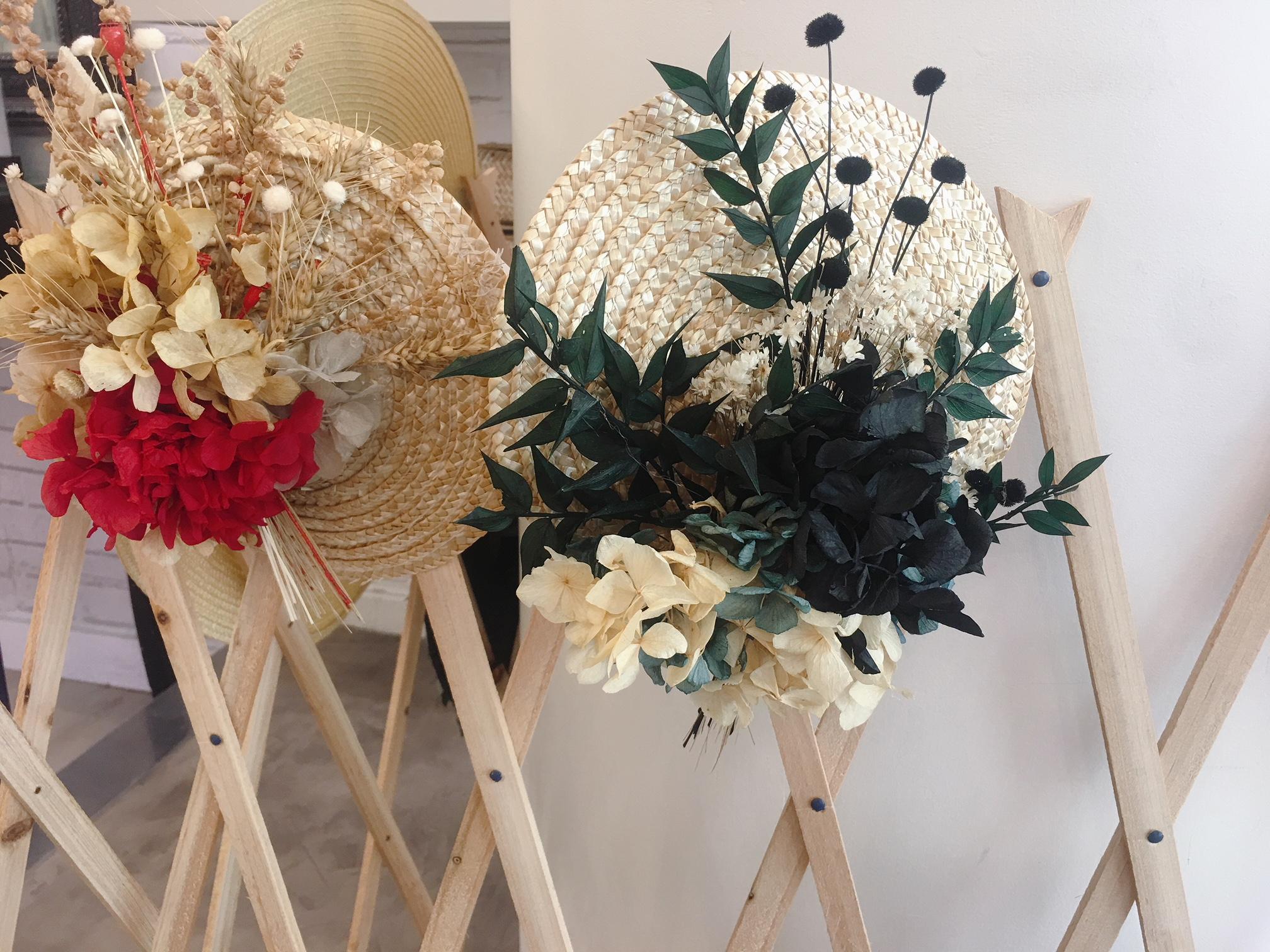 Pamelas, tocados,, coronas para el pelo y otros complementos para el pelo para bodas y eventos de D'azulcobalto en Atrezzo Peluquería Zaragoza